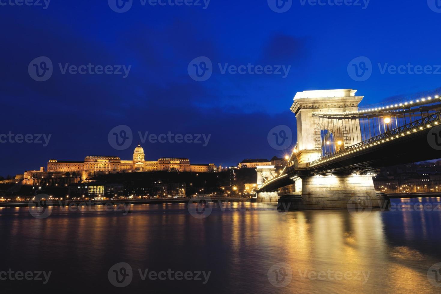 bro över Donau i Budapest foto