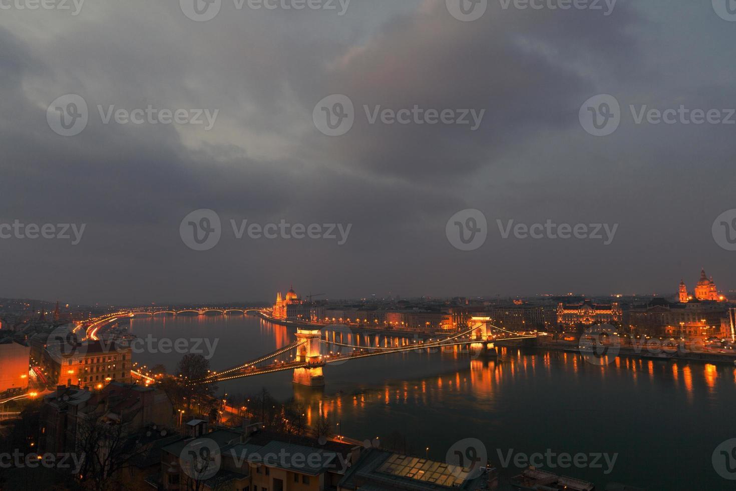 budapest i skymningen. foto