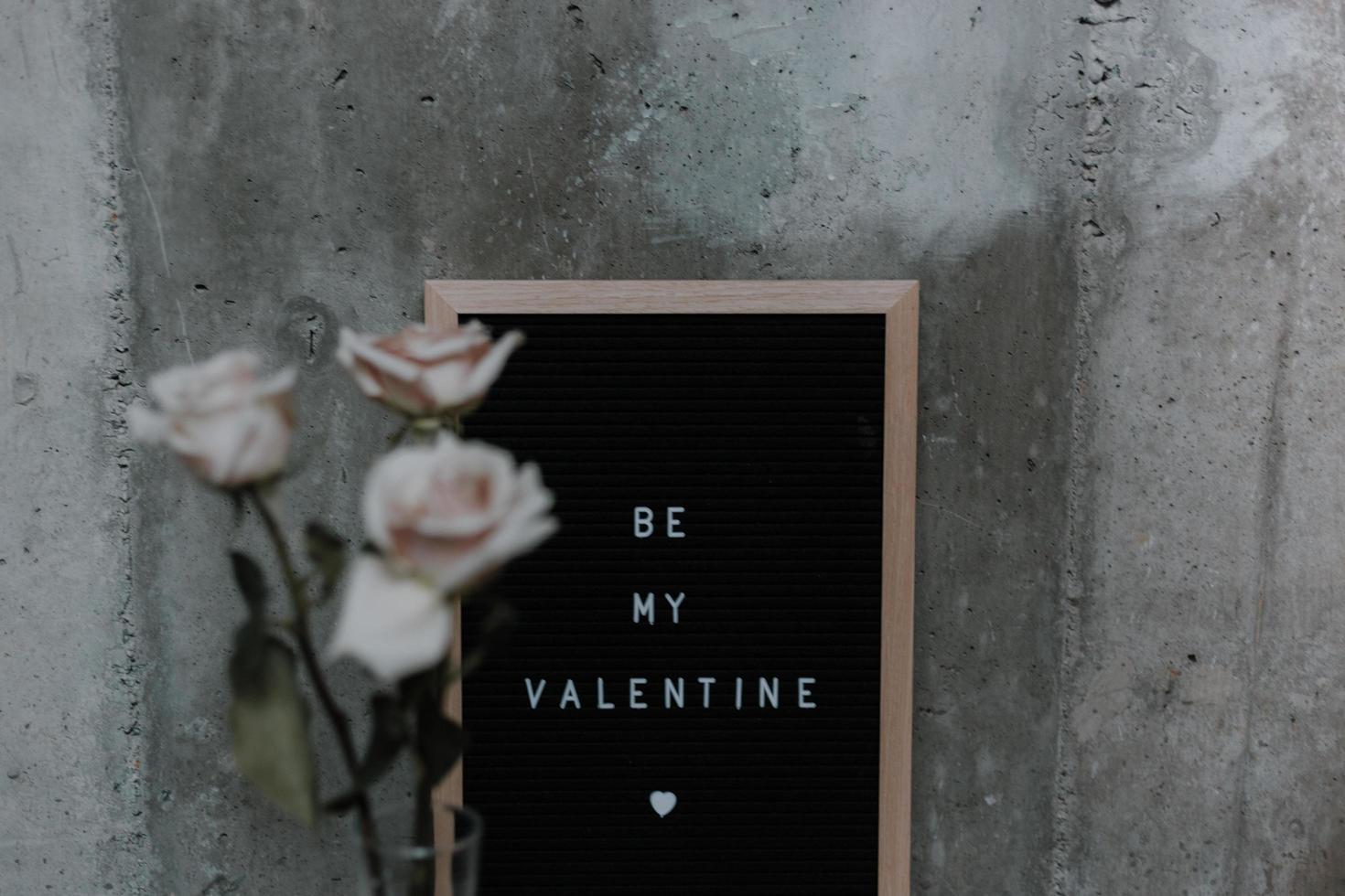 rosa blommor som lutar sig mot ett bräde som säger att vara min valentine foto