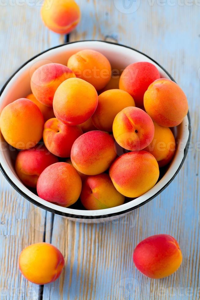 aprikoser på träytan foto