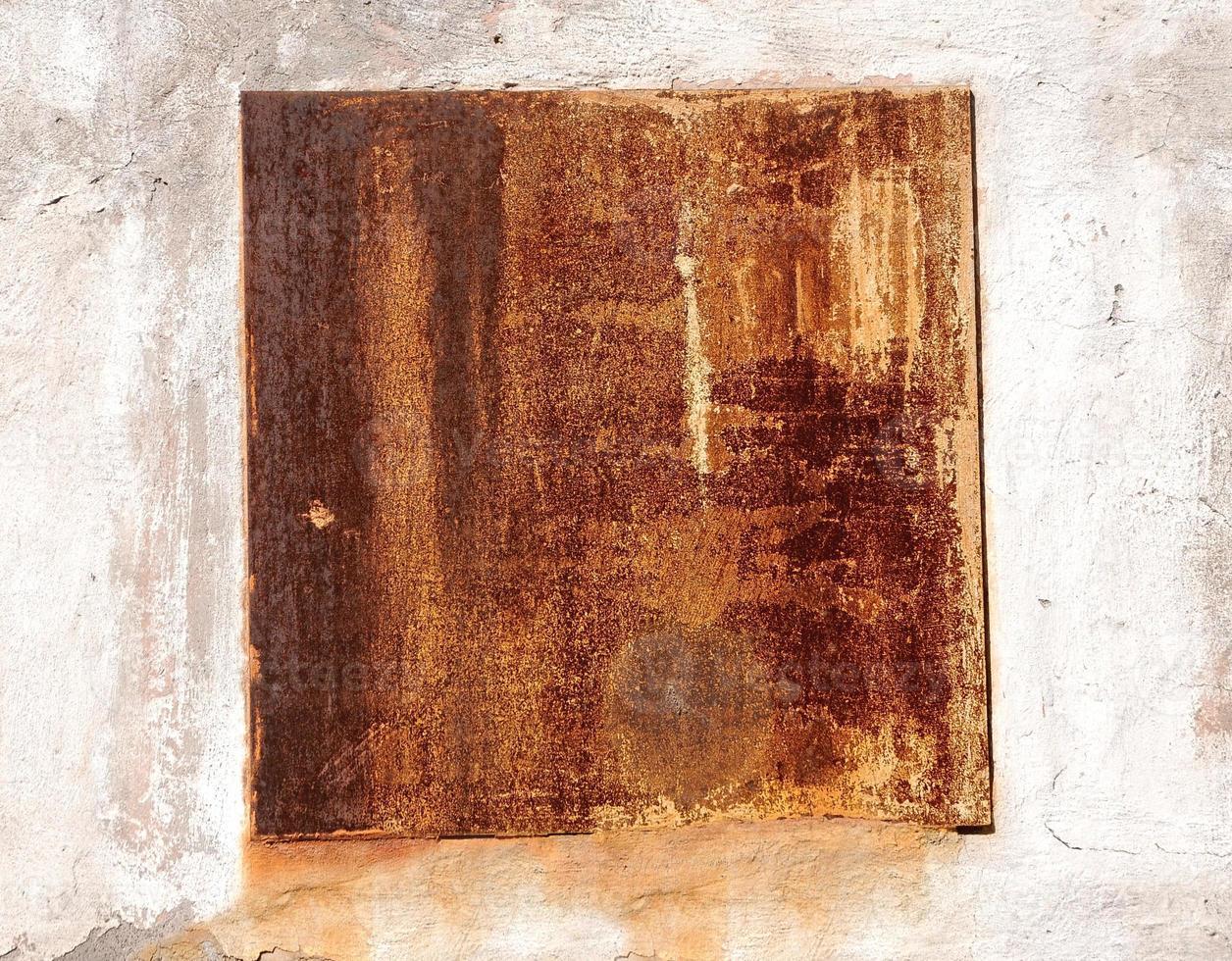 sprucken rostig metallvägg. bakgrund för design foto