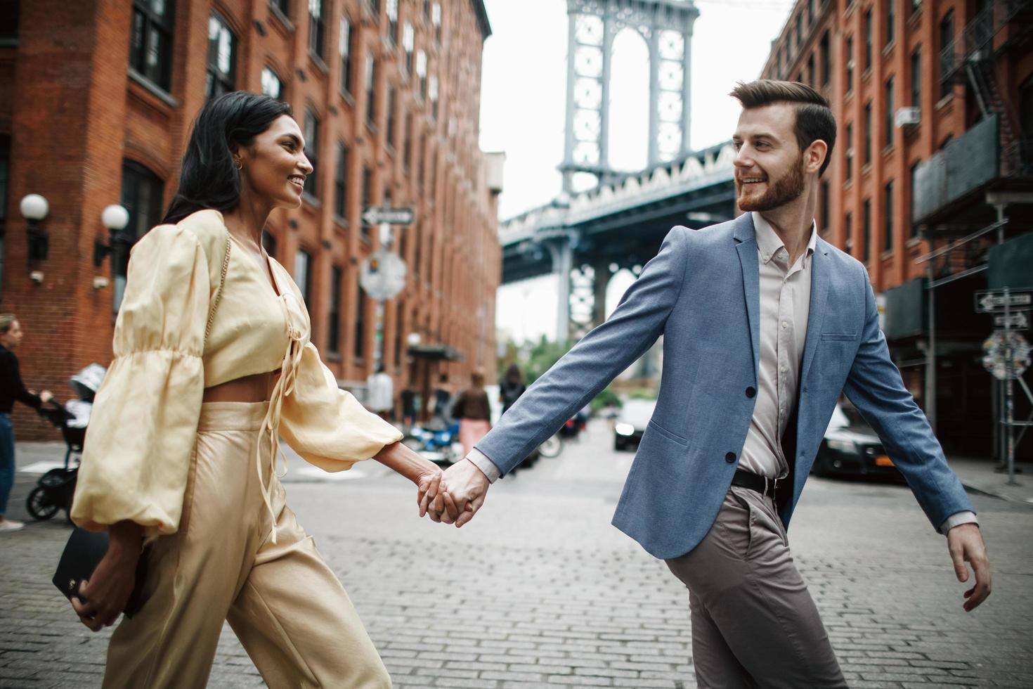 attraktiva par omfamnar i staden foto