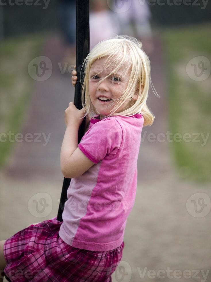 flicka på lekplatsen foto
