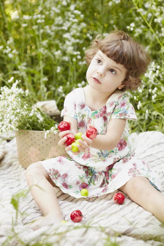 utomhus porträtt av söt liten flicka på ängen foto