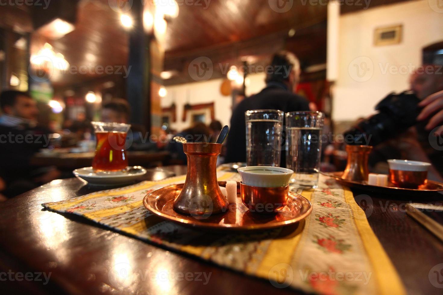 traditionellt serverat bosniskt kaffe foto