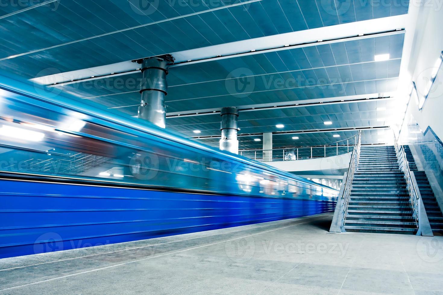 blått flyttande tåg med trappa foto