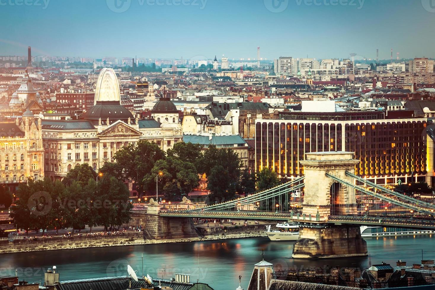 kvällsvy på bron och budapest foto