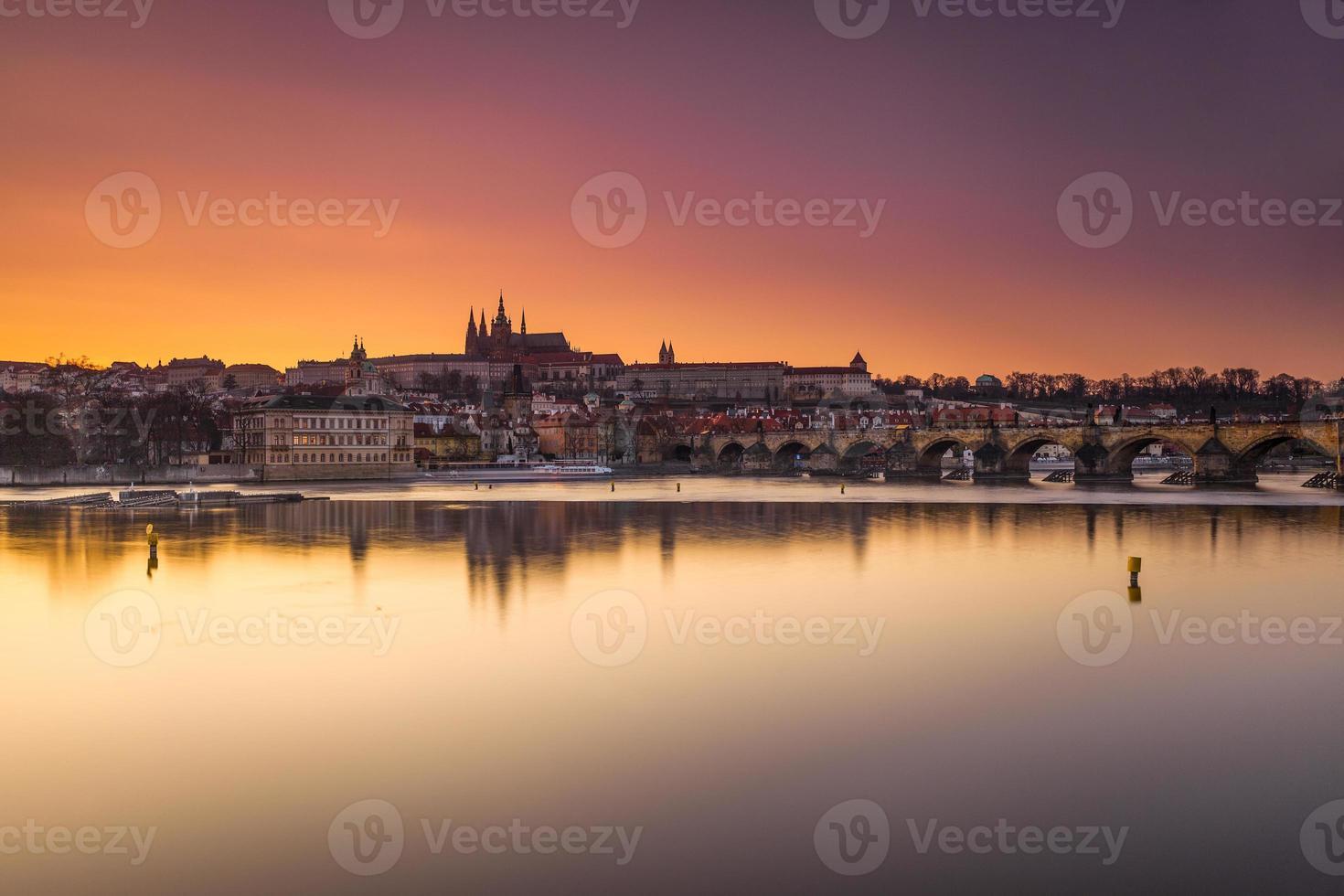 solnedgång på charles bridge, tjeckiska republiken foto