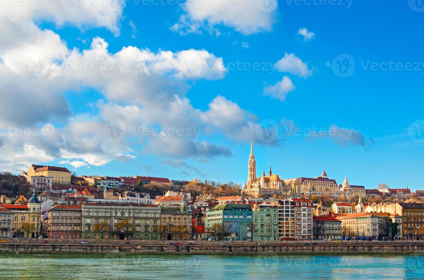 budapest, utsikt över Donau och buda med matthias kyrka foto