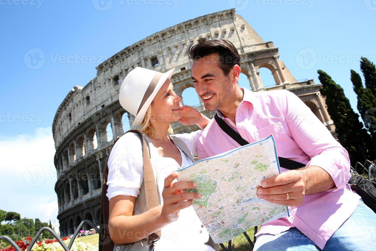par i kärlek tittar på kartan innan du besöker colisée foto