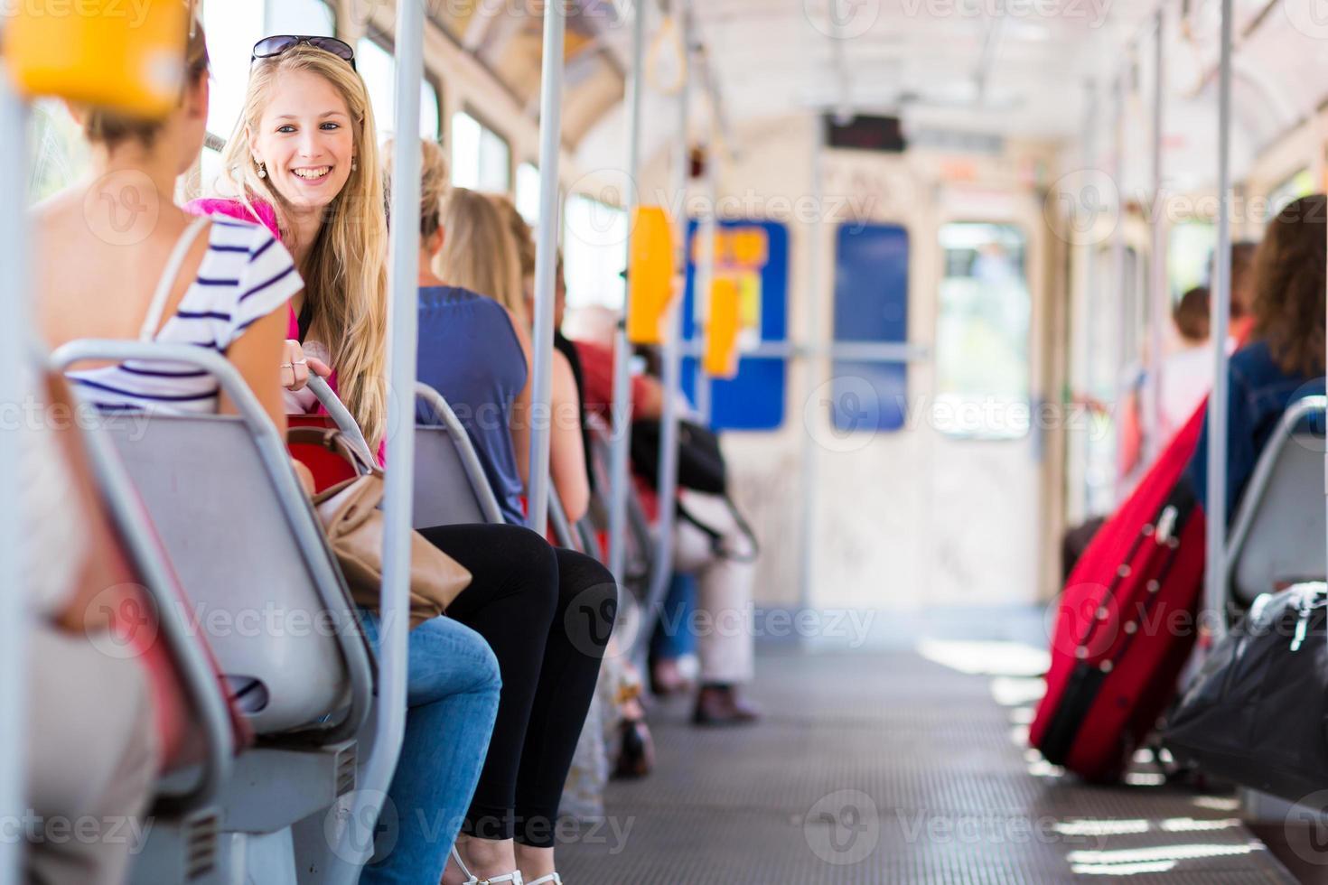 vacker, ung kvinna på en spårvagn / spårvagn foto