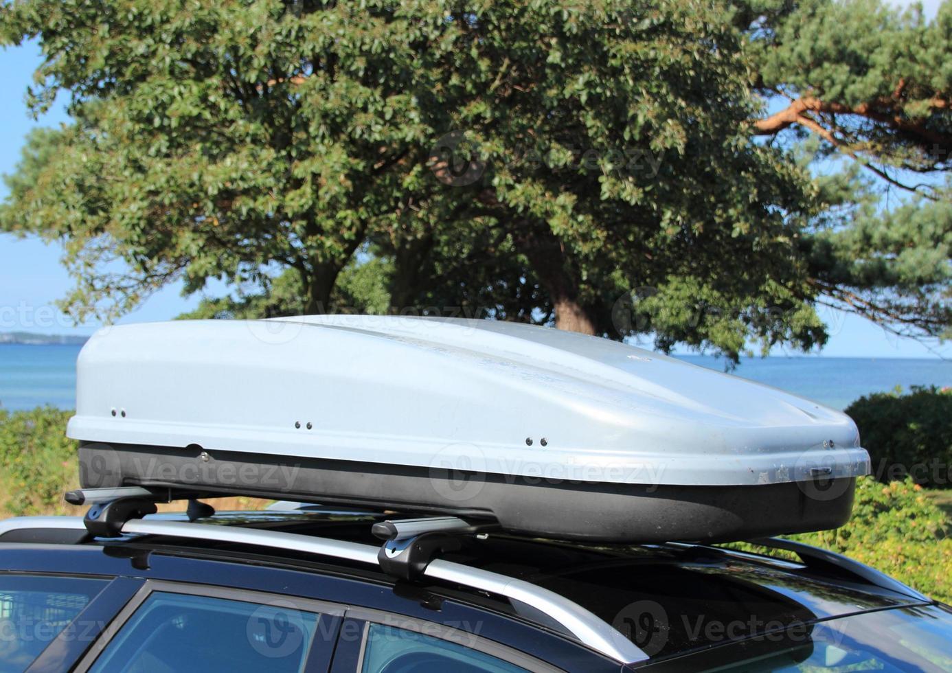 takbox på bil med räcke foto