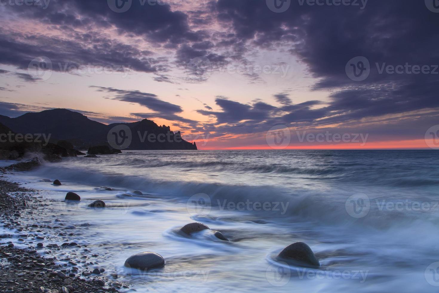 vacker soluppgång på stranden i Krim foto
