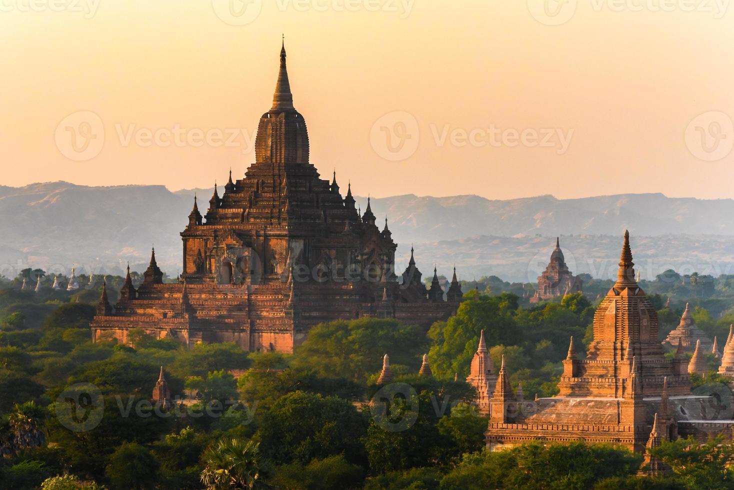Bagan sunrise, the greates antika staden, Myanmar, Asien foto