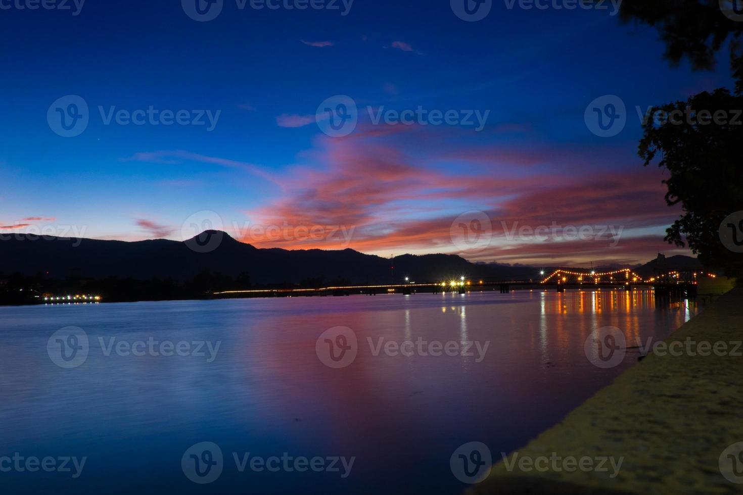 kampot - fransk bro och solnedgång foto