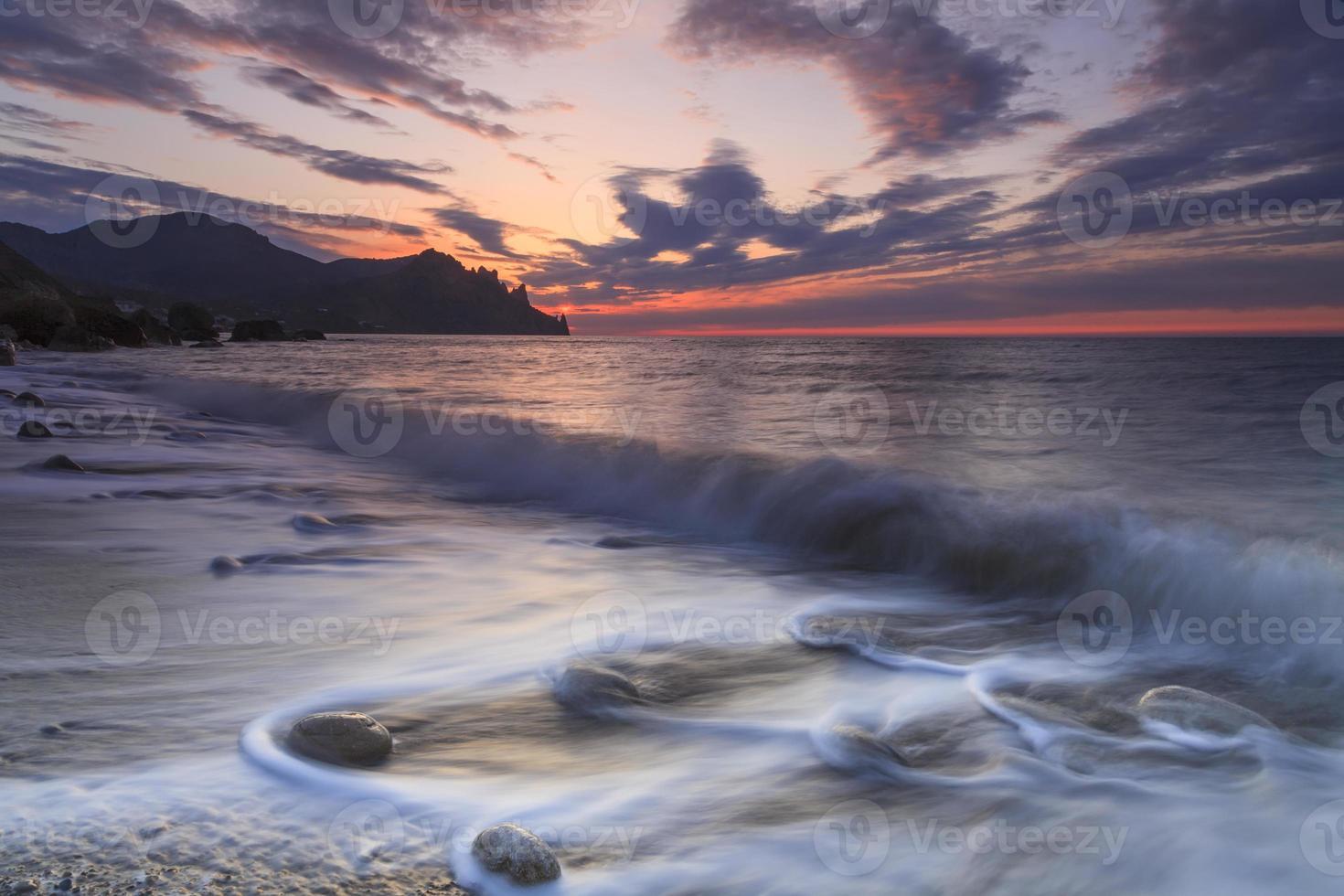 vacker solnedgång på en sandstrand foto