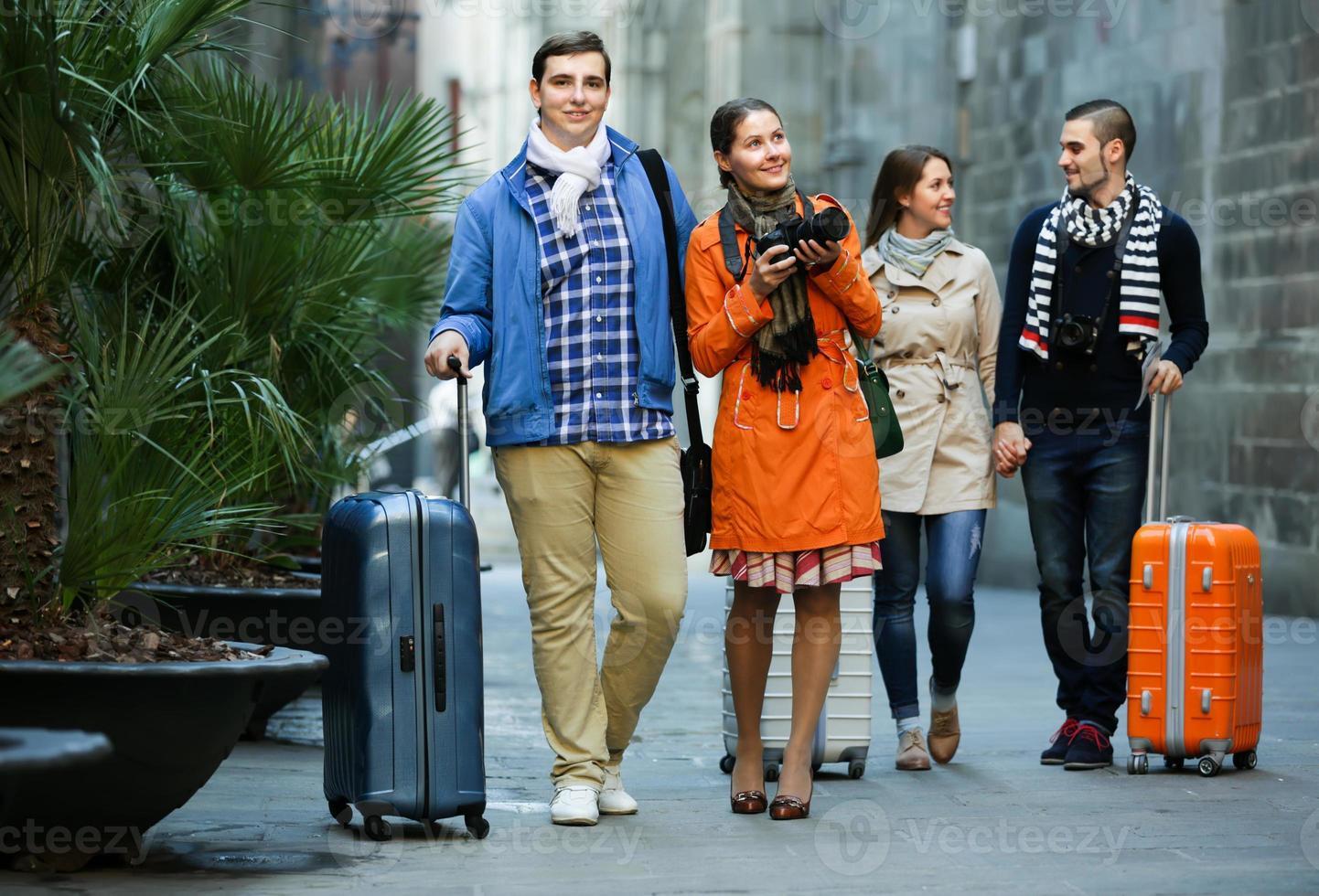 vänner som går genom stadsgatan foto