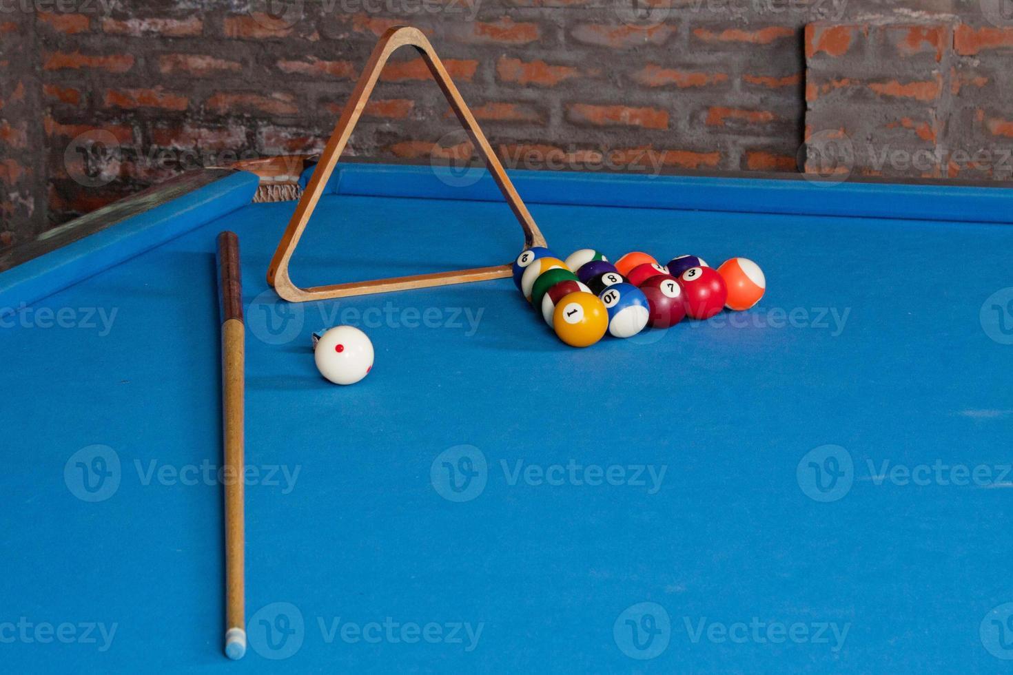 biljard. biljardbollar och ledtrådar på blått bord foto