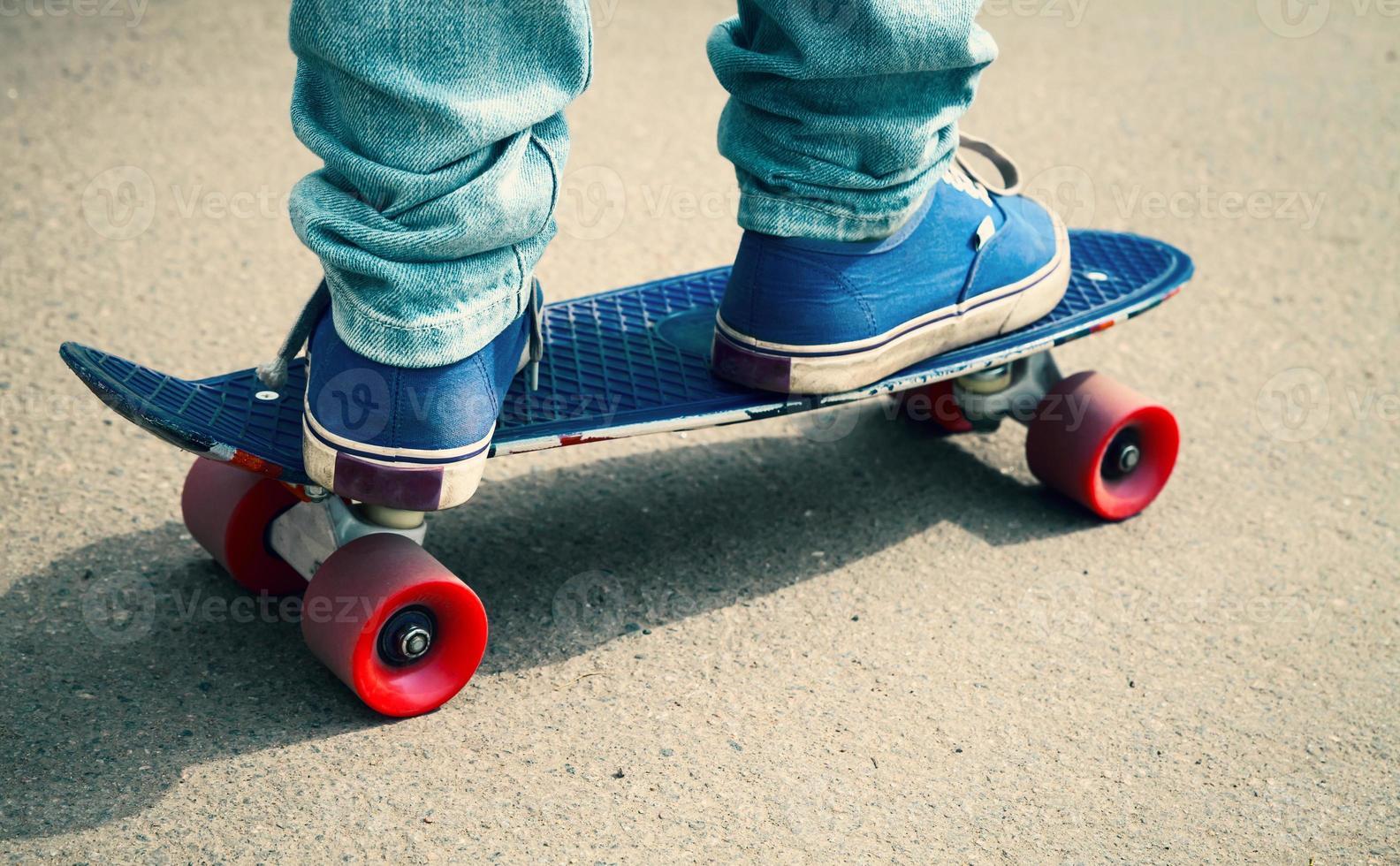 skateboarder i gummiskor som står på hans skridsko foto