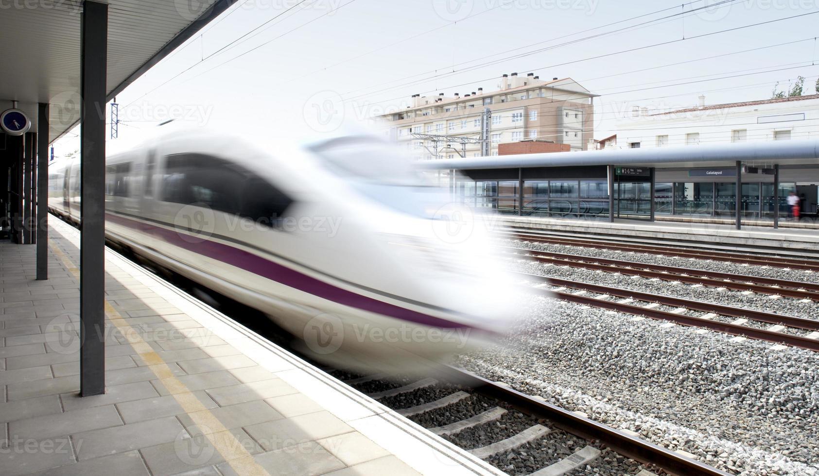 höghastighetståg i rörelse på en järnvägsstation foto