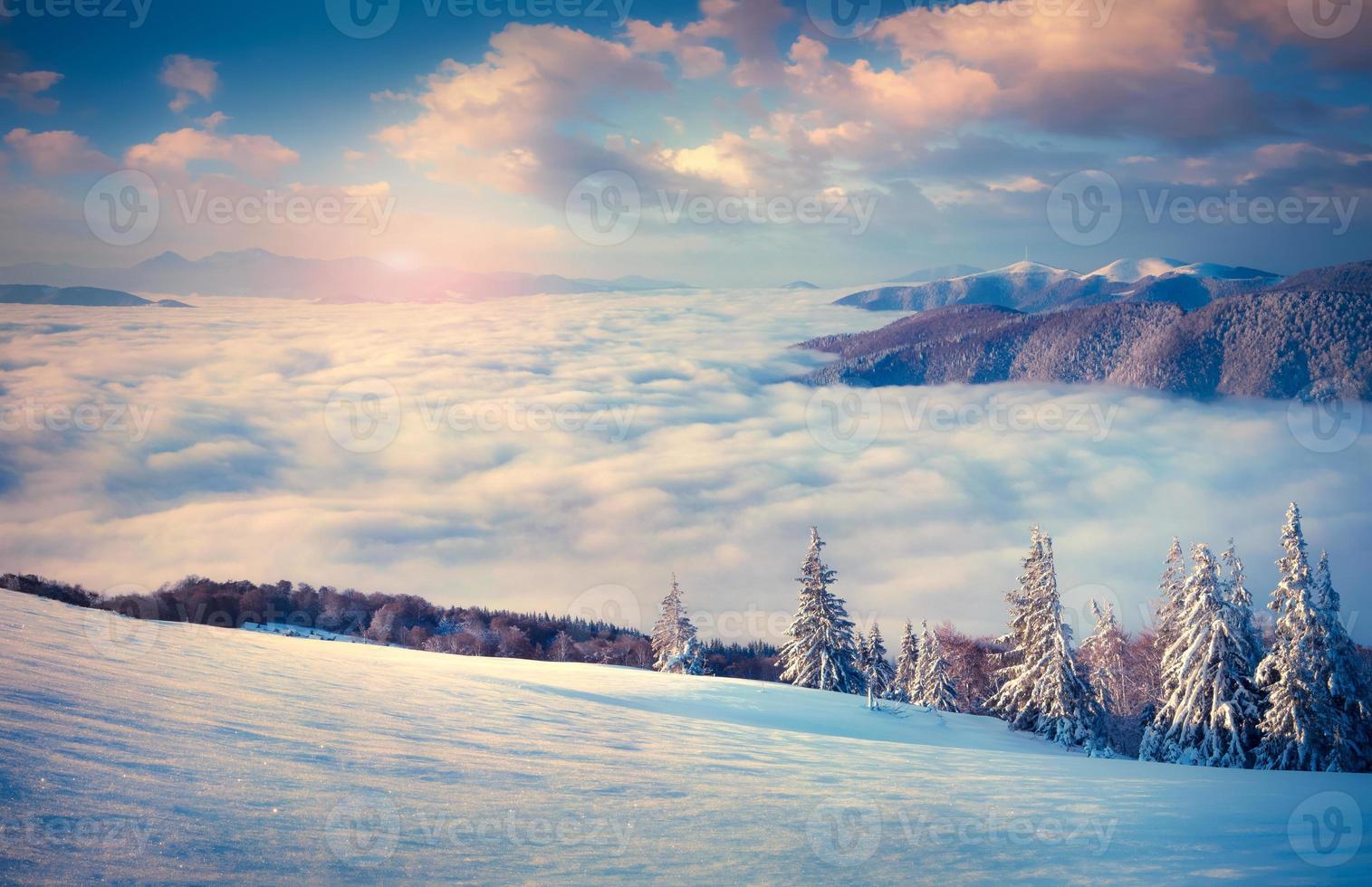 vacker vintersoluppgång i dimmiga bergen. foto