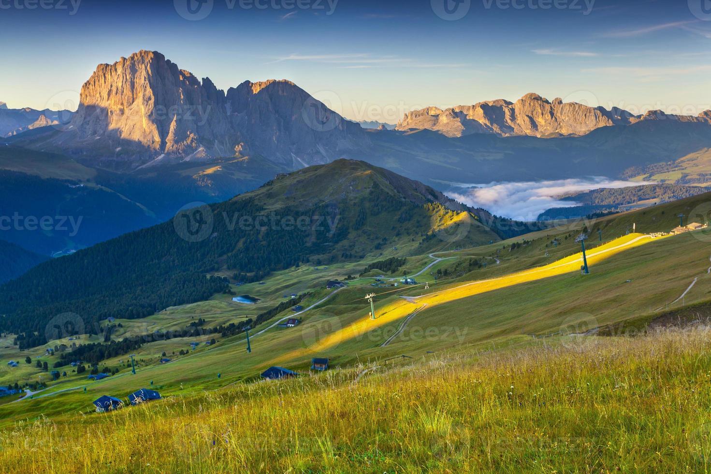 sassolungo bergskedja på solig sommardag. foto