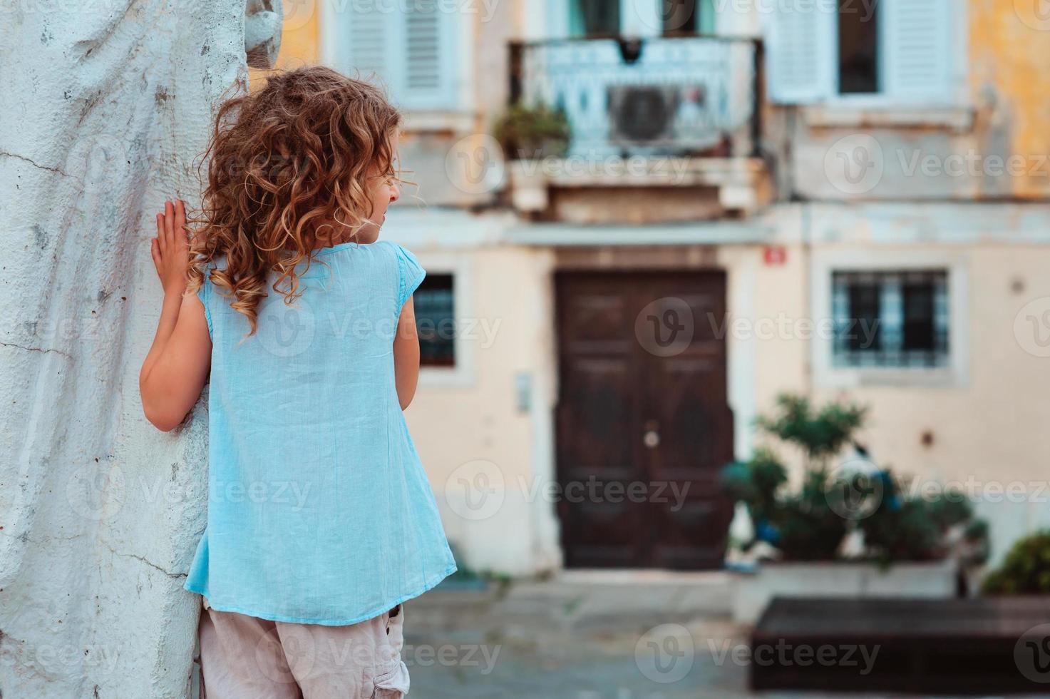 Ourist barnflicka går på gatorna i Piran, Slovenien foto