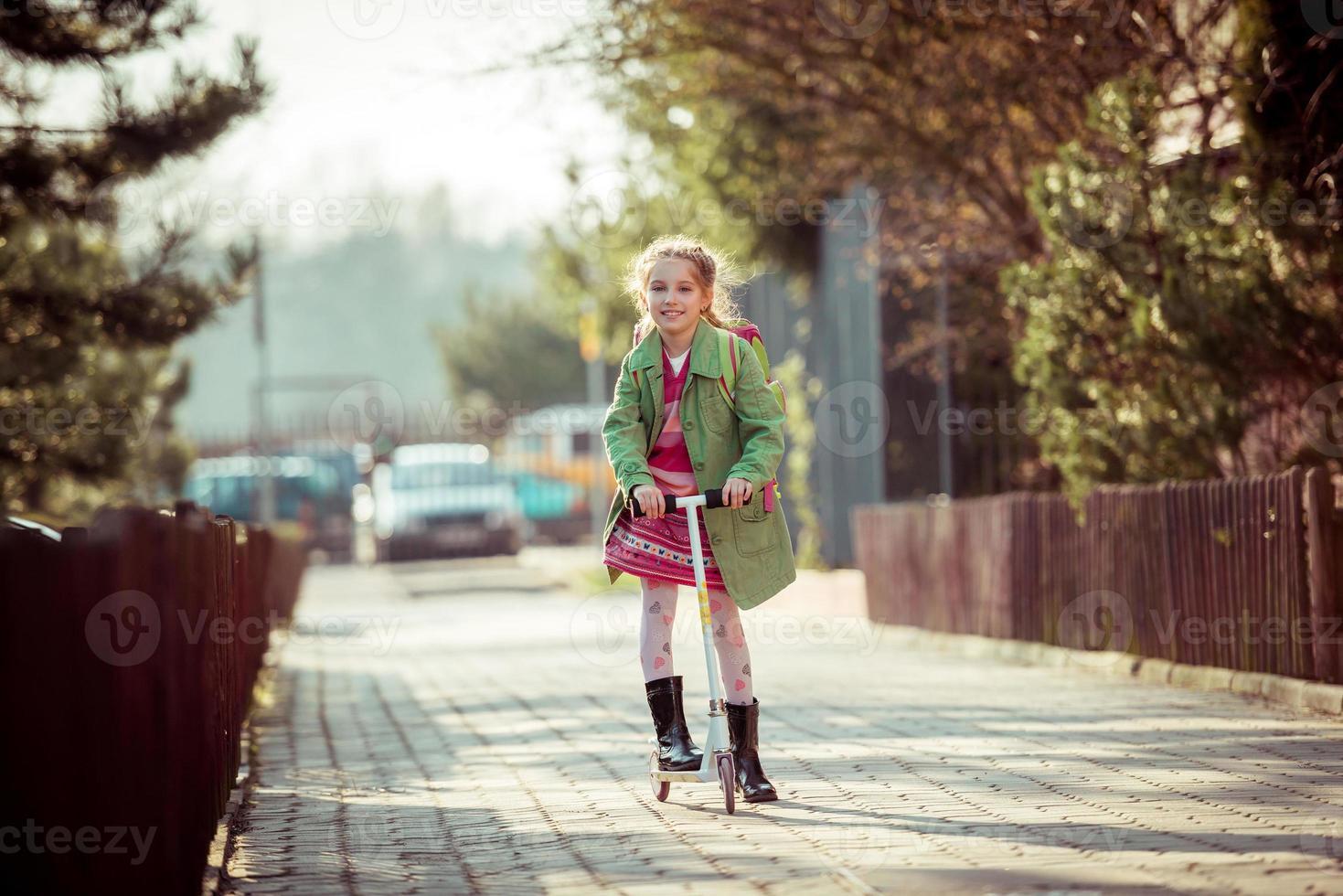 flicka som återvänder från skolan foto