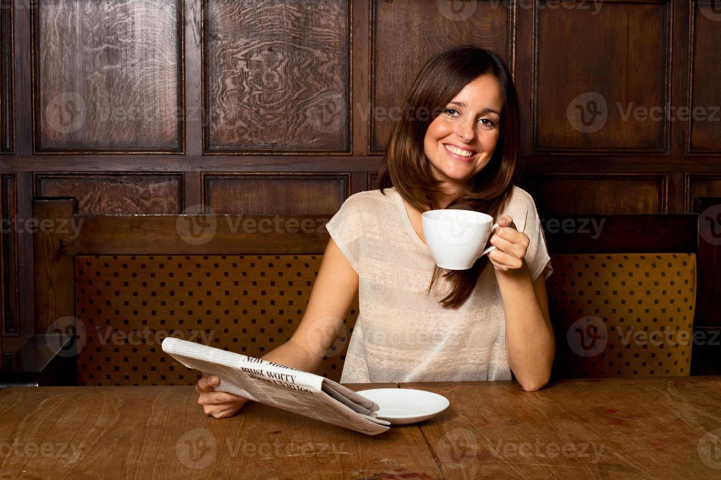 kaffe och tidning foto