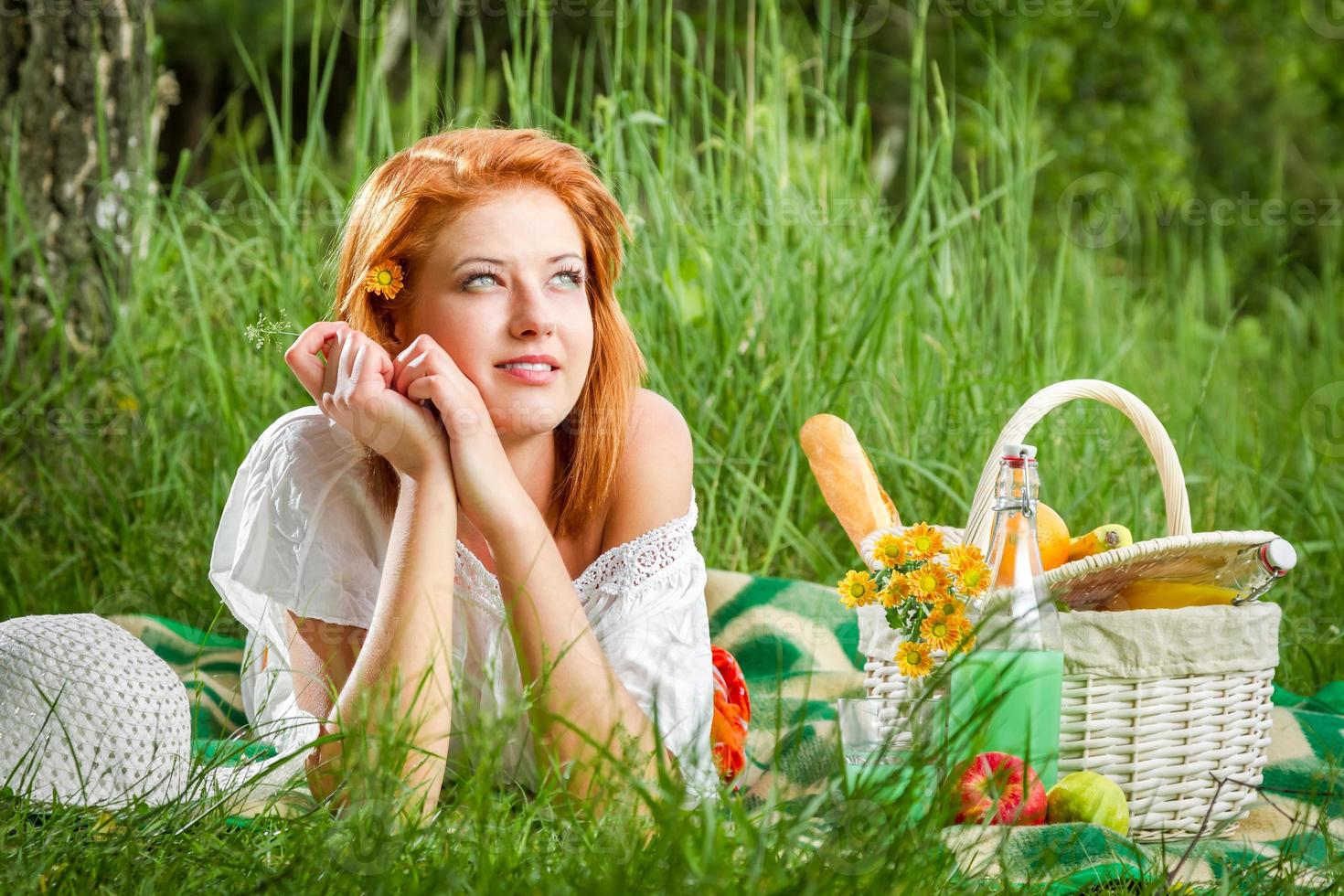 ung kvinna på en sommarpicknick foto