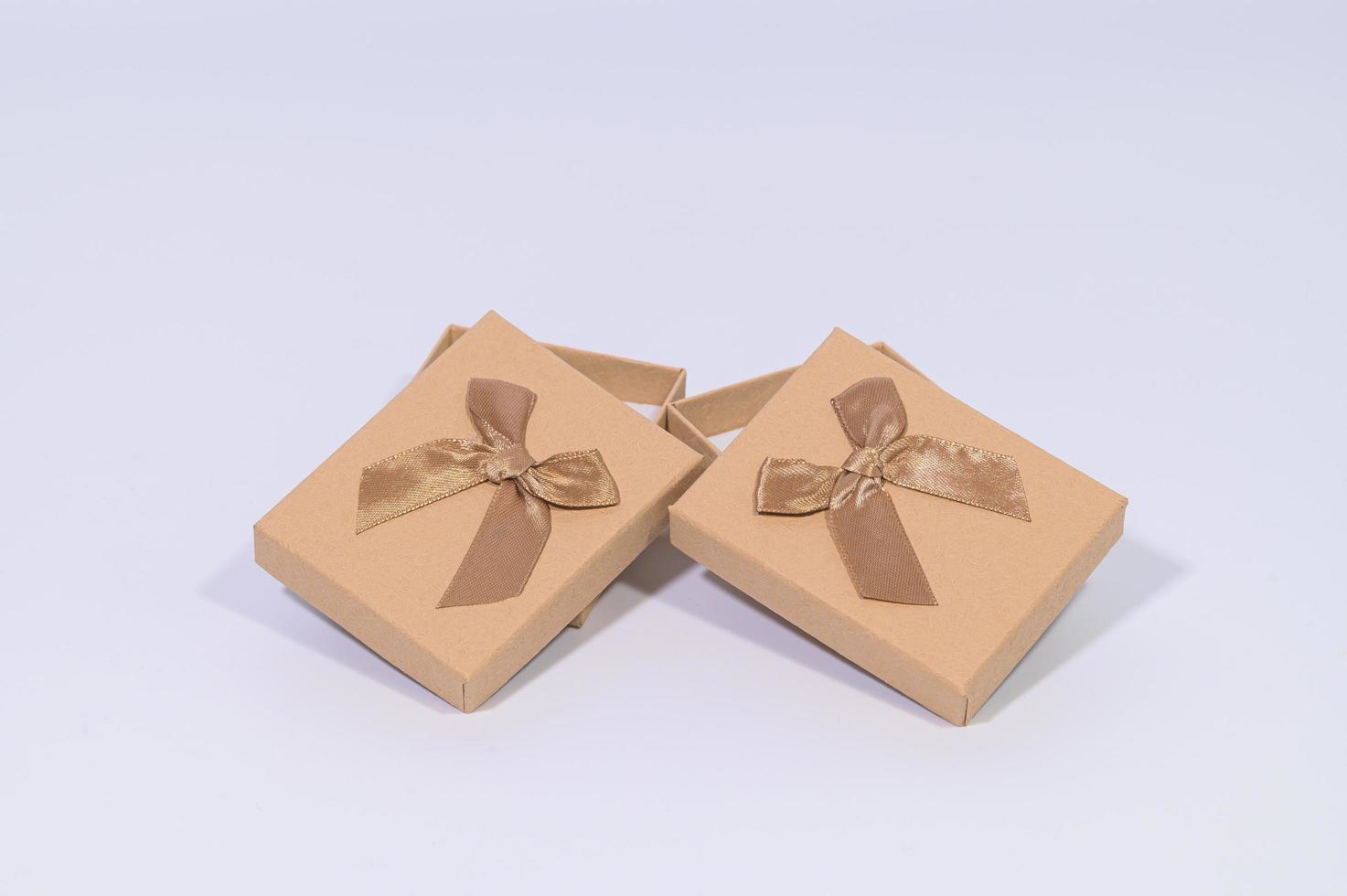 bruna presentförpackningar på vit bakgrund foto