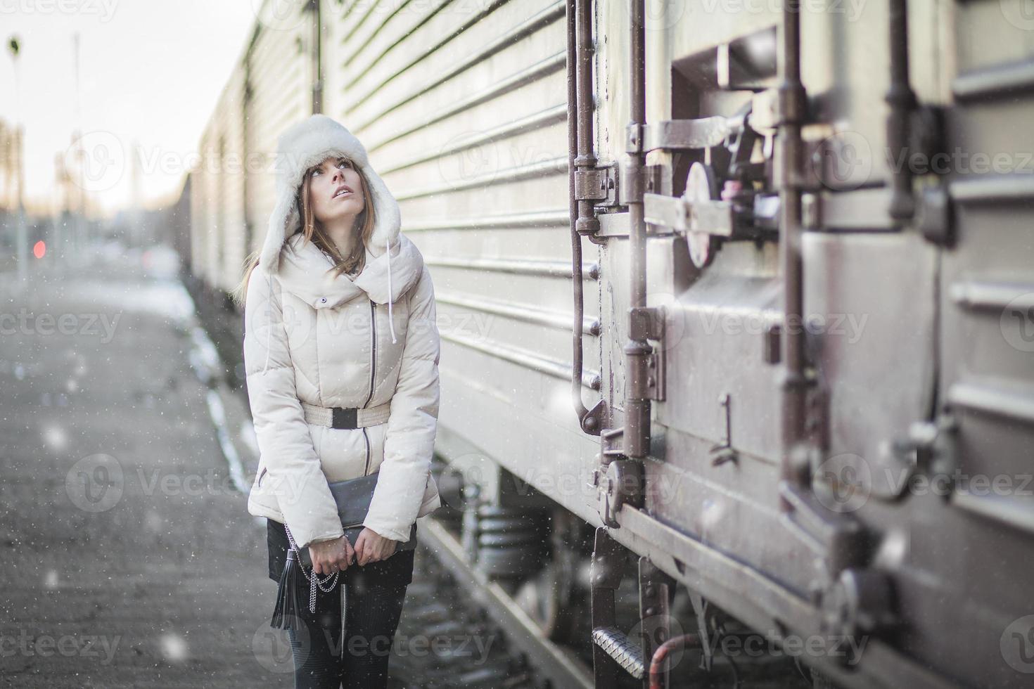 snygg kvinna i snöig dag på en plattform foto