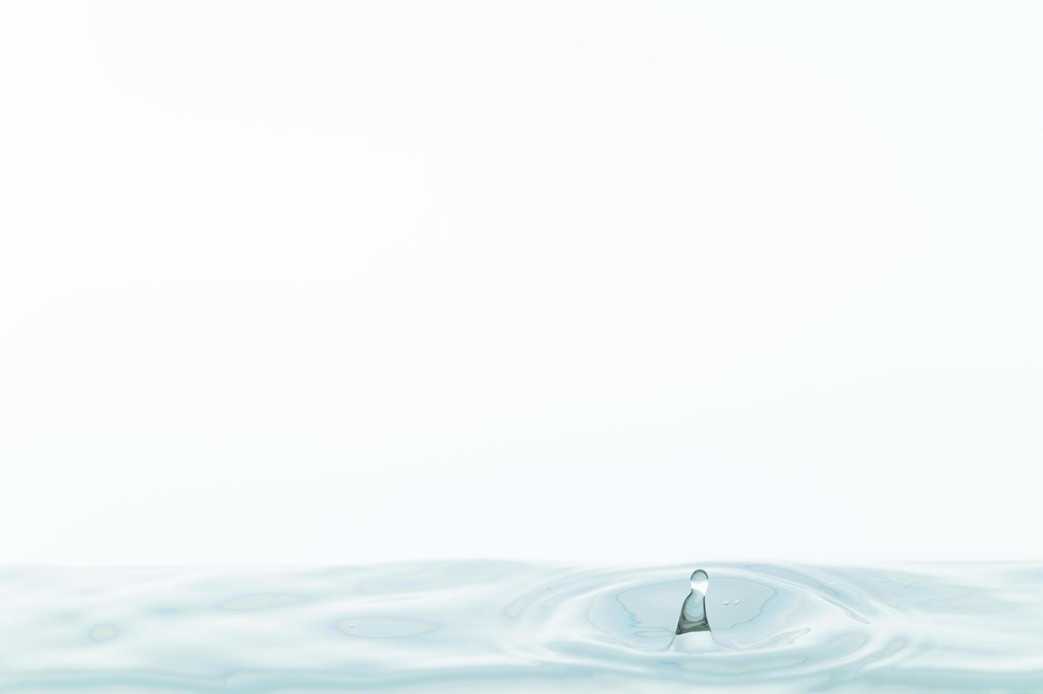 vattenyta på vit bakgrund foto