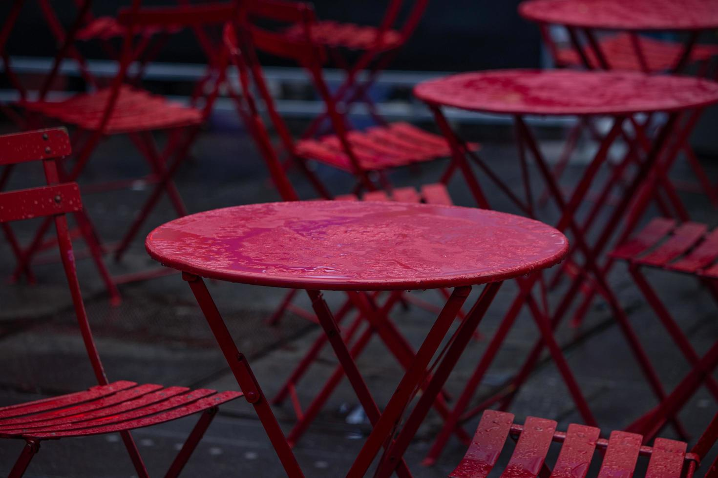 röda bord och stolar våta av regn foto