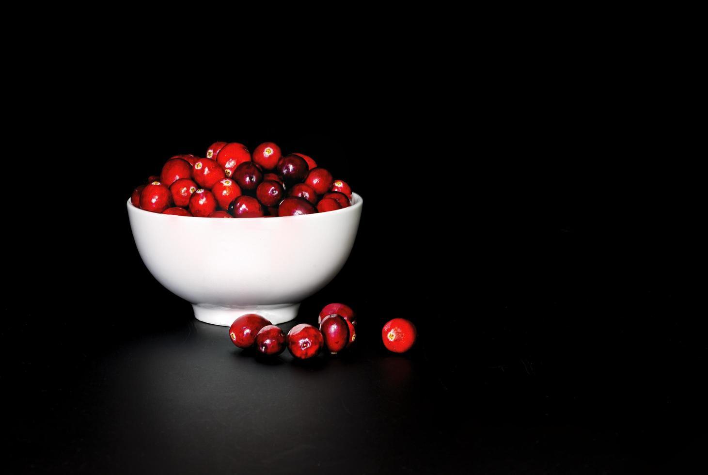 lågmälda tranbär i vit porslinsskål foto