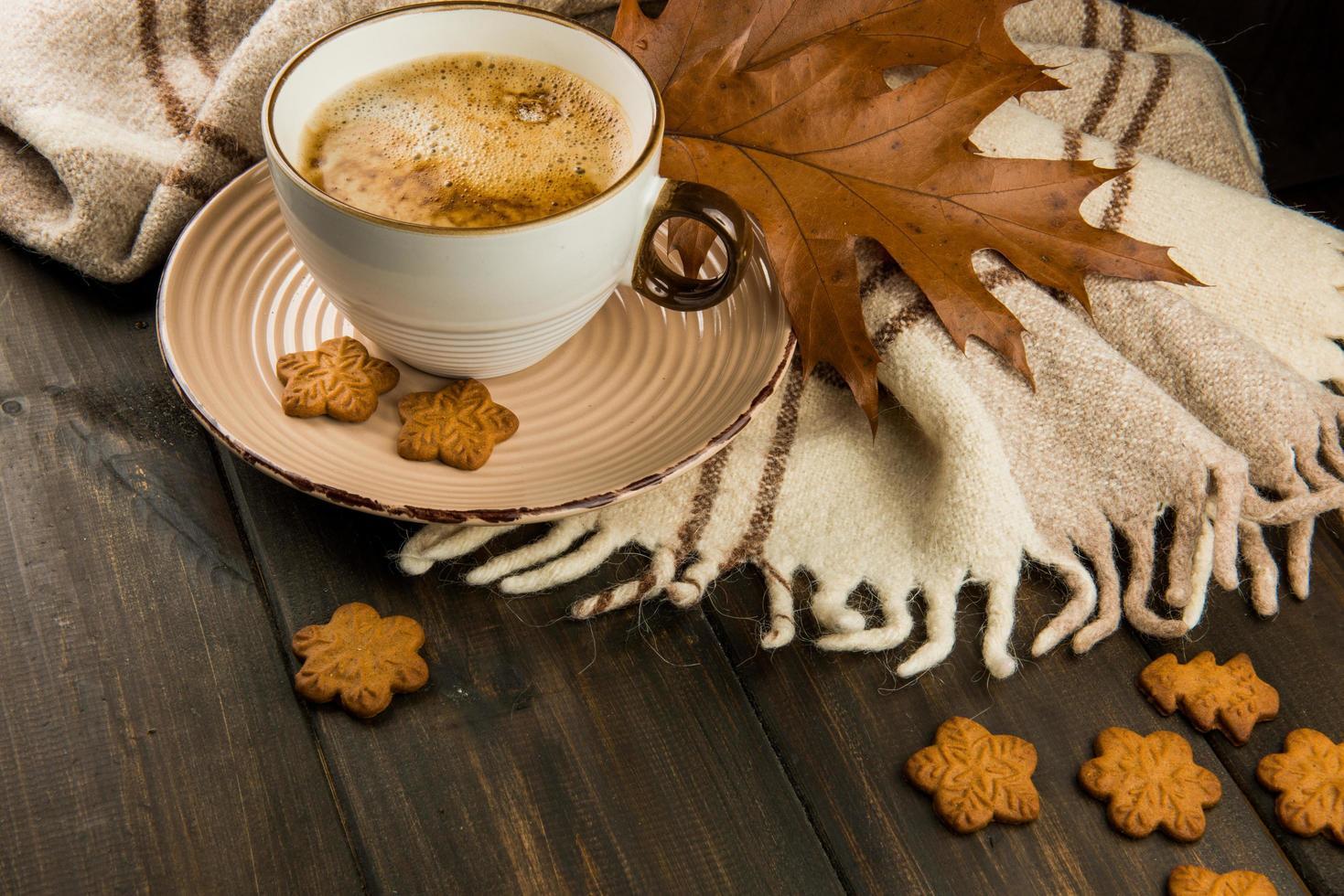 höstdekor med kaffe och kakor foto