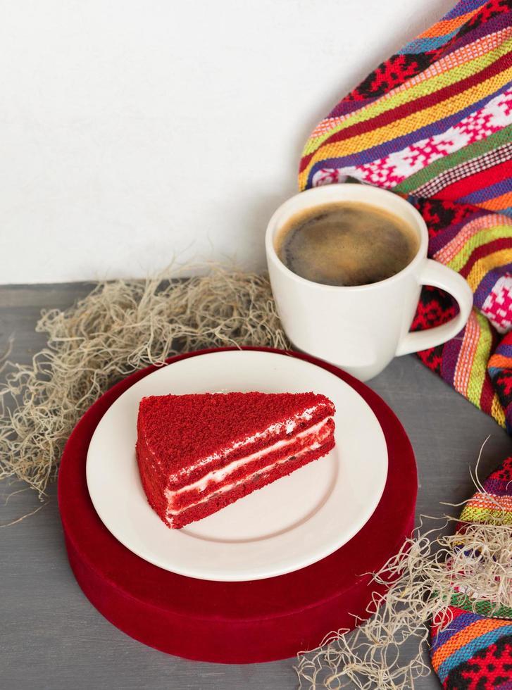 röd välsmakande tårta skiva med svart kaffe foto
