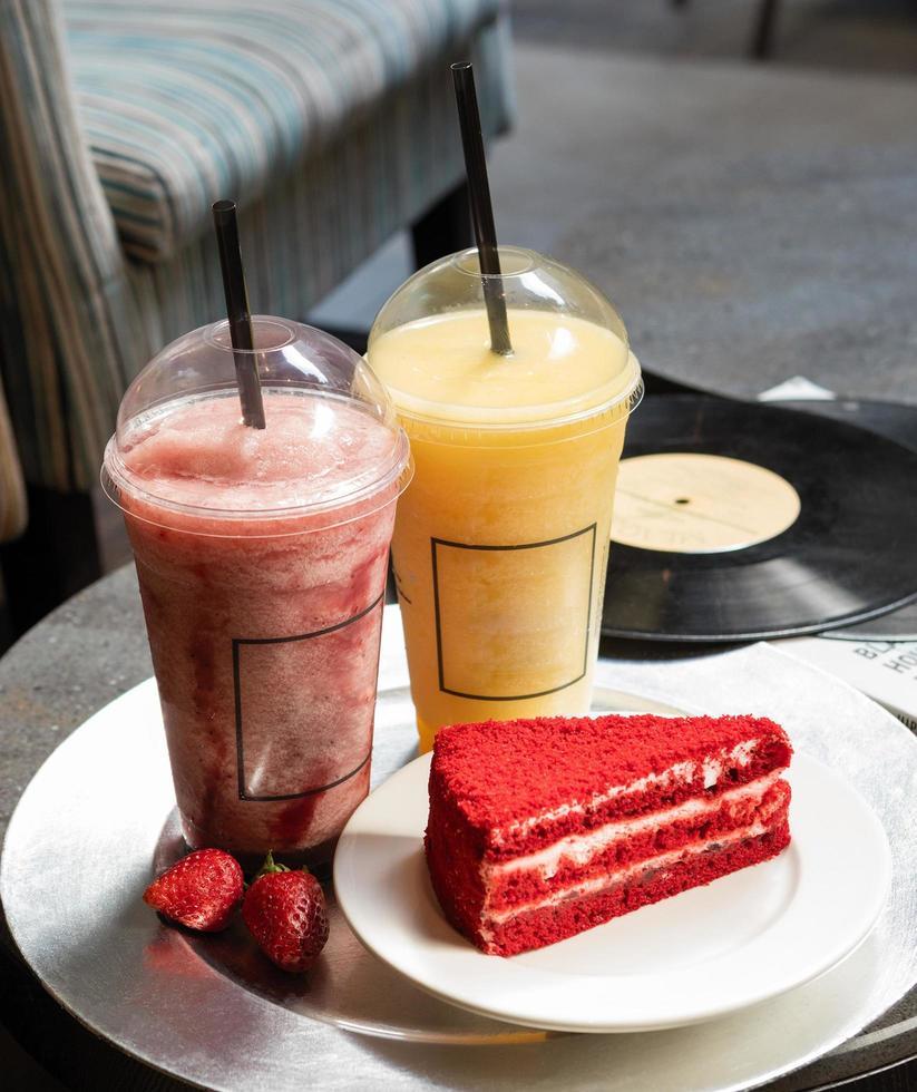 röd välsmakande tårta skiva foto