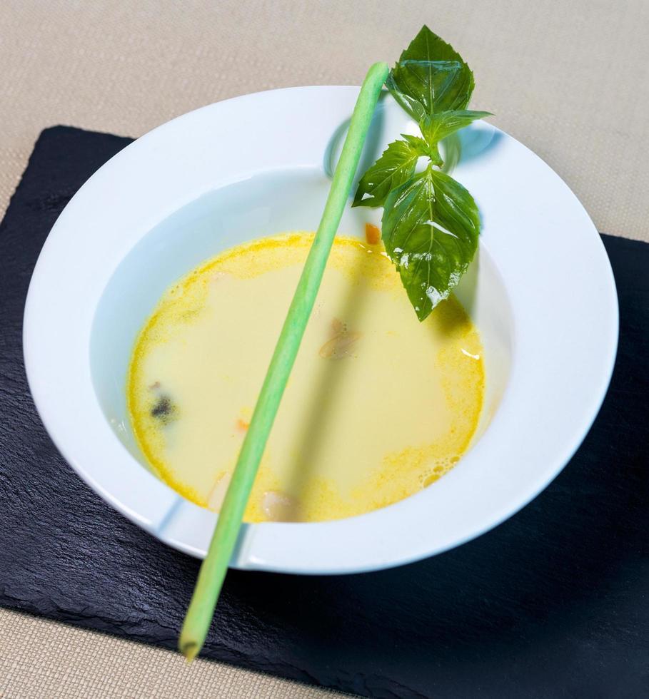 ekologisk grön soppa i en vit skål foto