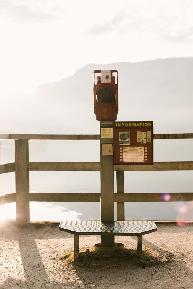 hallstatt, österrike, 2020 - myntstyrt teleskop som tittar på ett berg foto