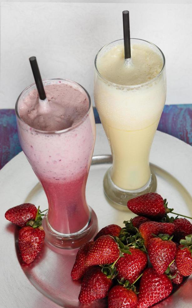jordgubbsmilkshake och pina colada foto