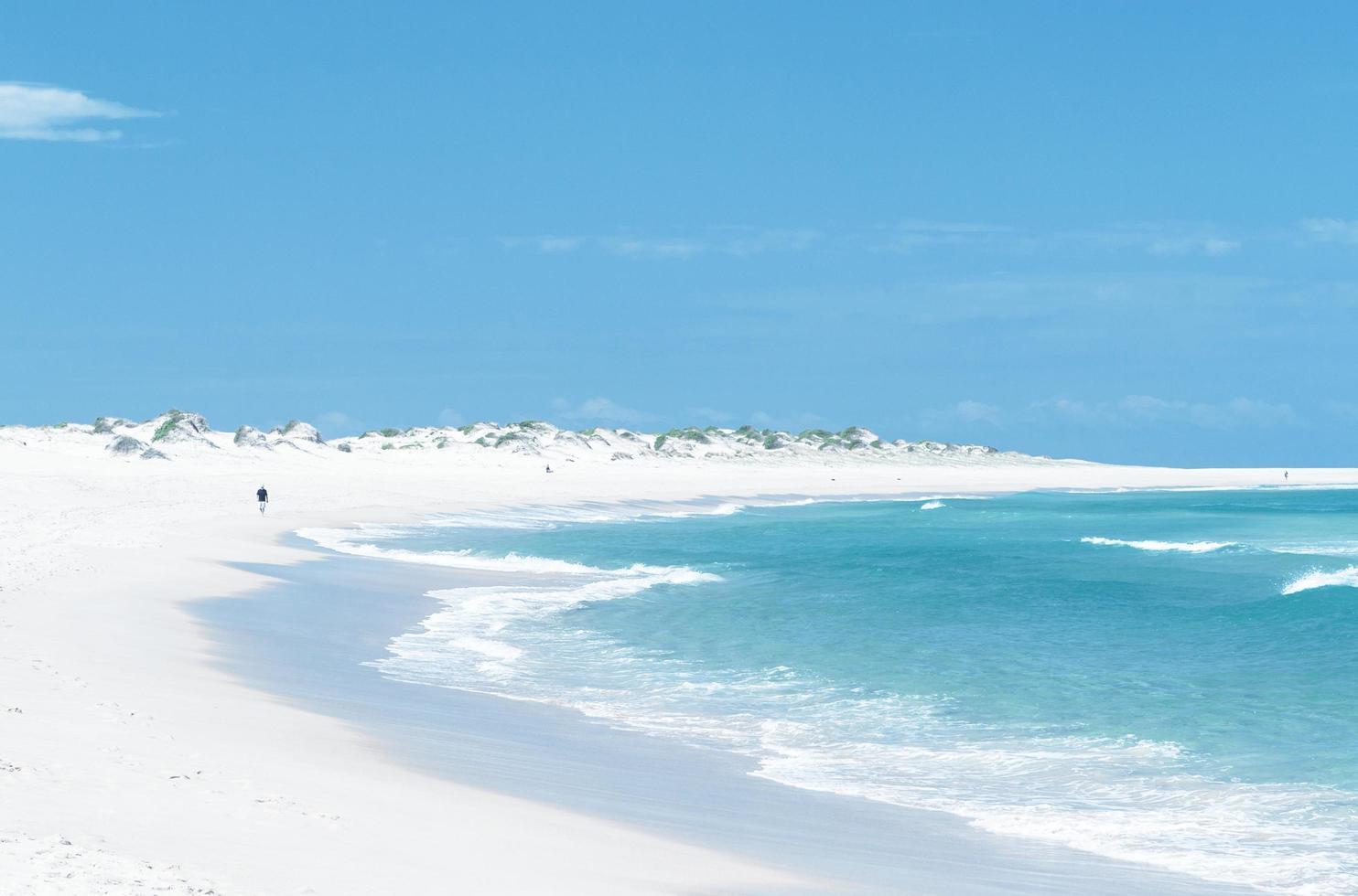 vit sandstrand under dagen foto