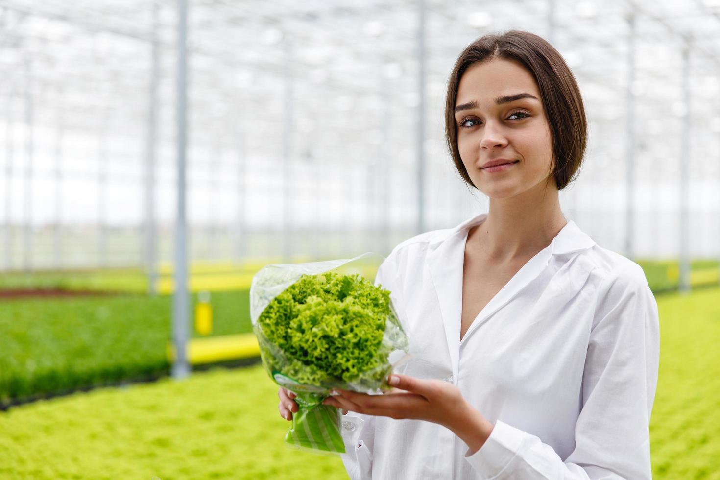 kvinnlig forskare med växt foto