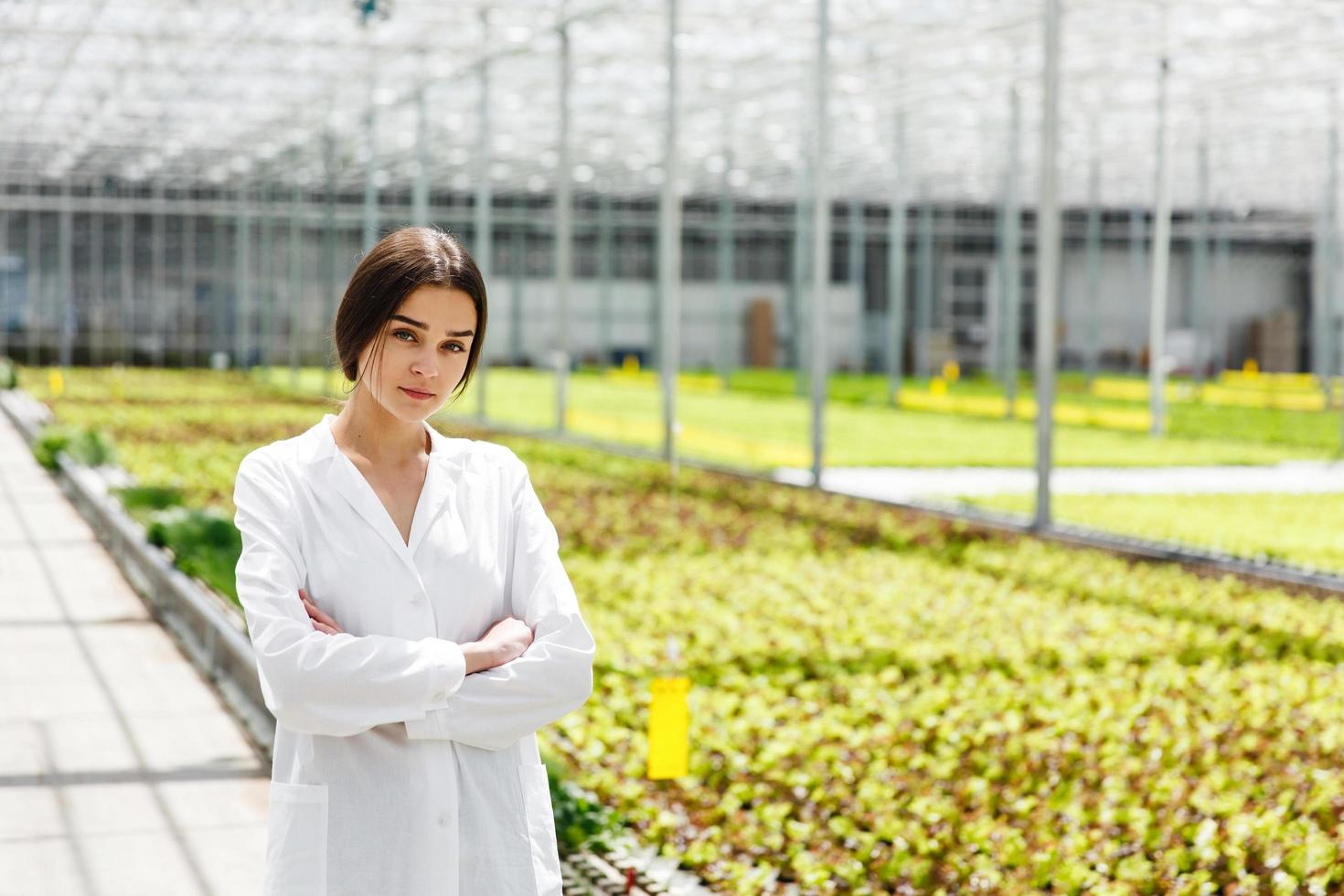 kvinna i vit laboratoriekåpa foto