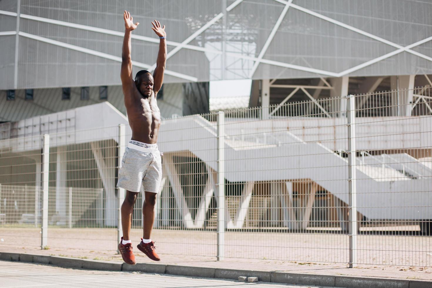 attraktiv afroamerikansk man som tränar på gatan foto