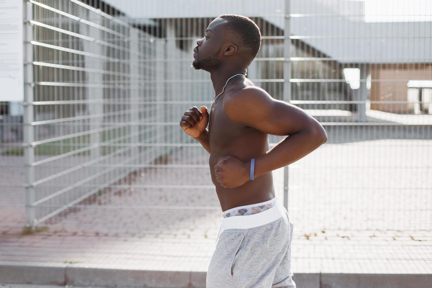 afroamerikansk man springer längs gatan foto