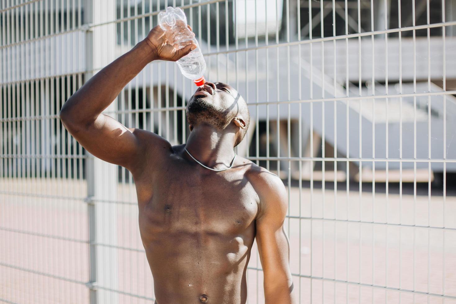 afroamerikansk man dricksvatten foto