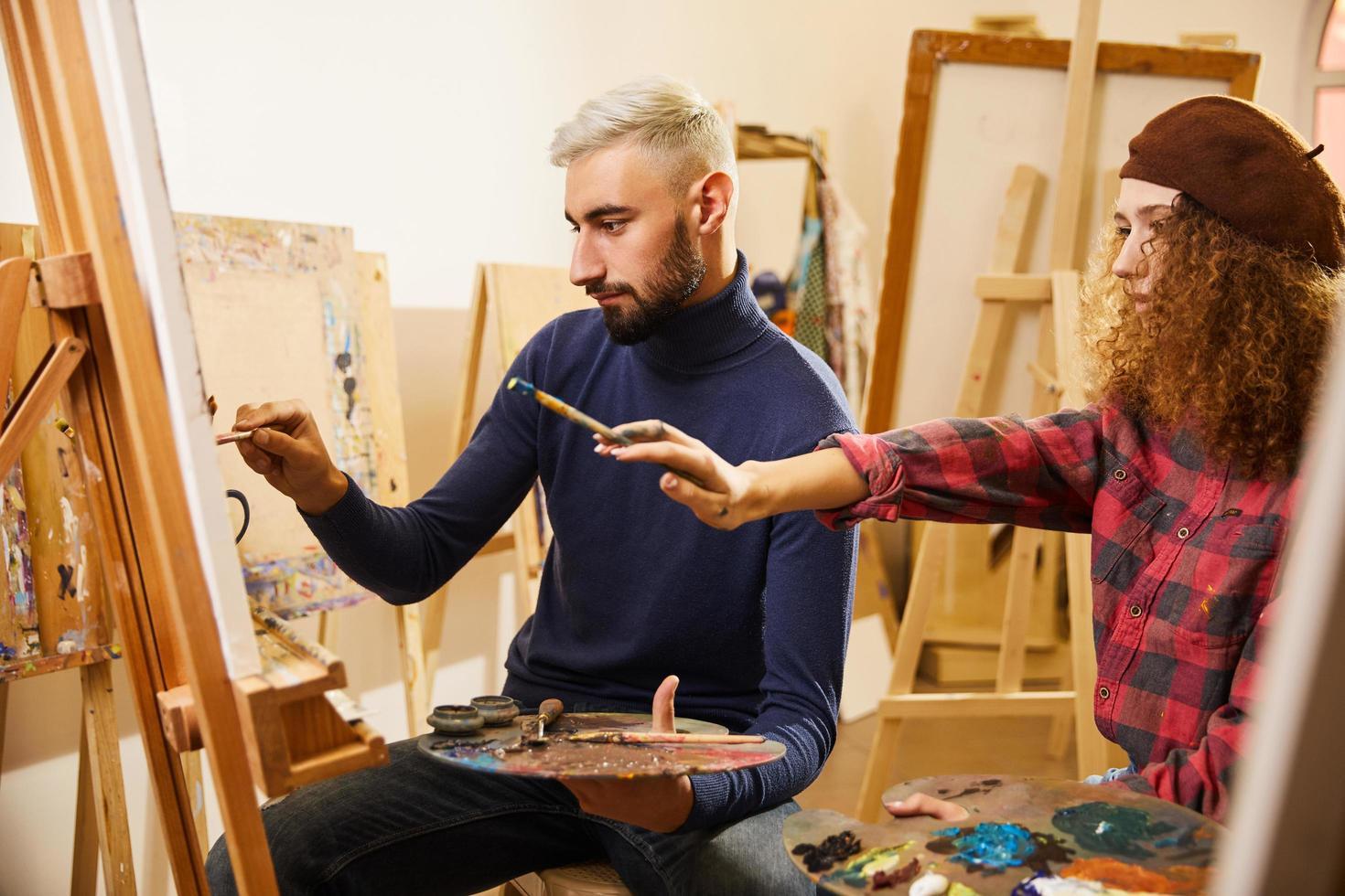 lockigt hår tjej och man målning foto