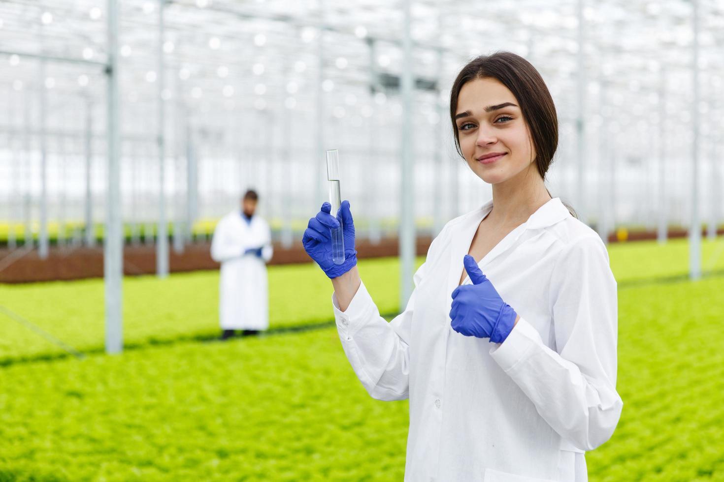 kvinnlig forskare håller ett glasrör foto