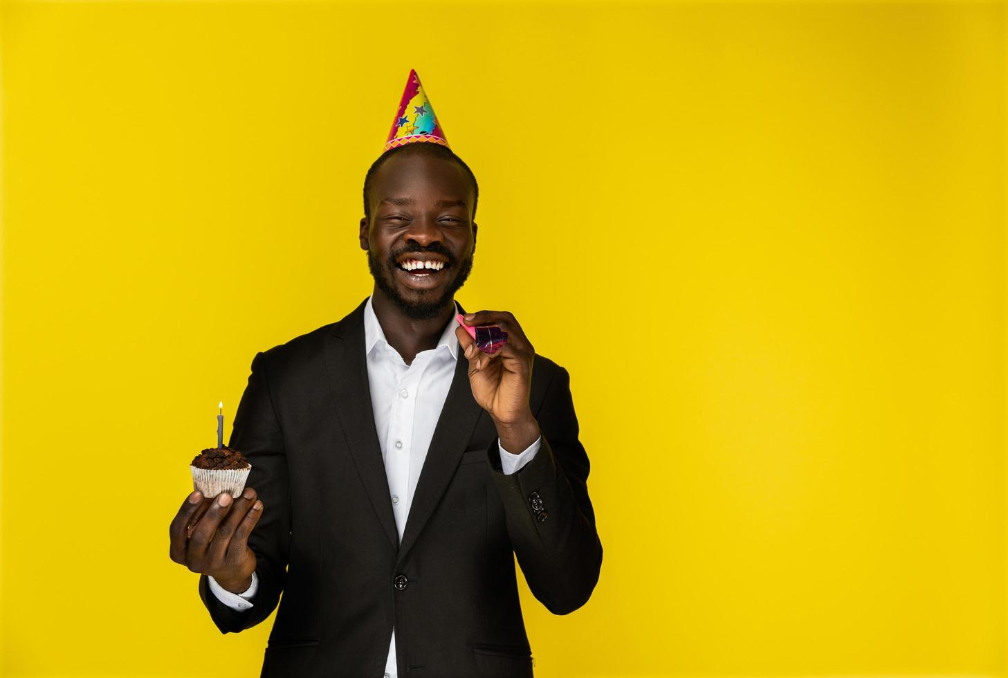 skrattande person på födelsedagen foto